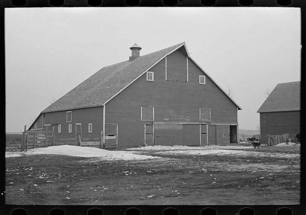 Barn on Russell Natterstad farm near Estherville, Iowa