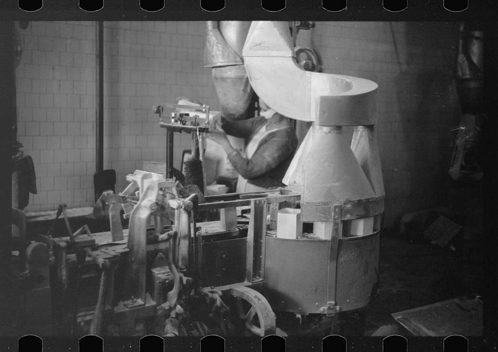 Untitled photo, possibly related to: Packing flour, Pillsbury mills, Minneapolis, Minnesota