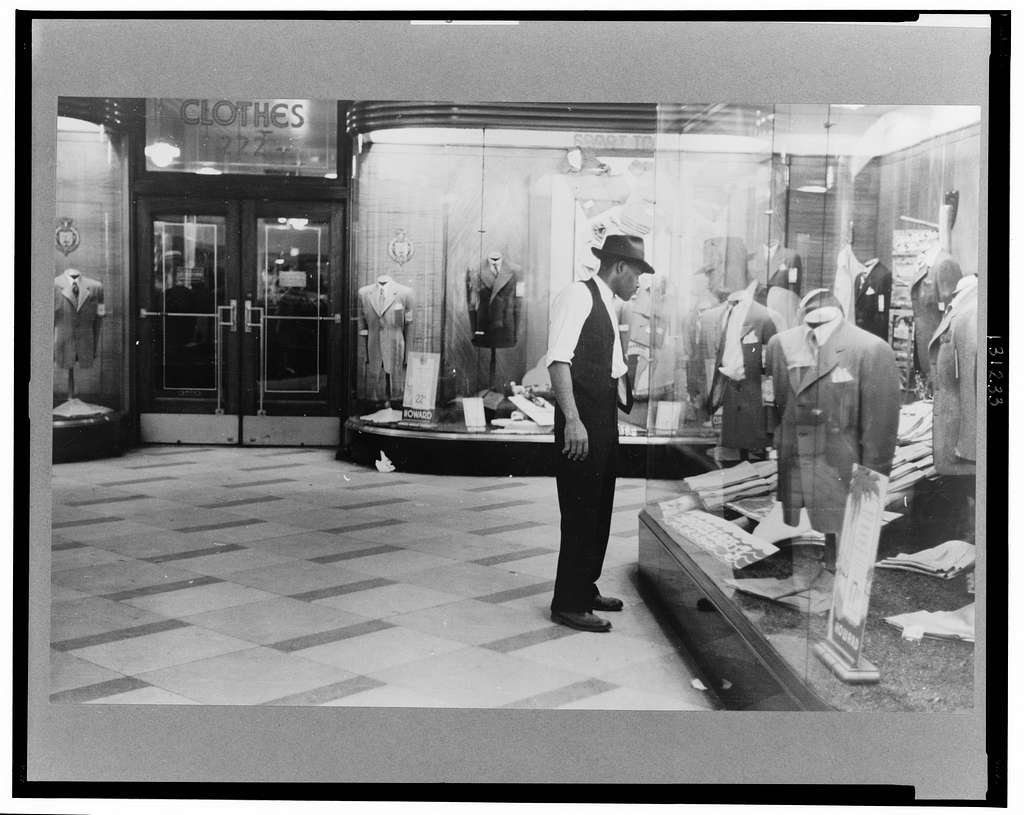 Window shopping, Chicago, Illinois