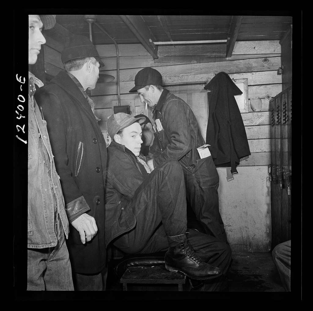 Chicago, Illinois. Switchmen resting for a few minutes in a shanty while waiting for the next train to come into a Chicago and Northwestern Railroad yard