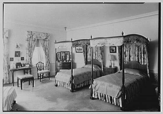 """Mrs. Edward S. Harkness, """"Eolia"""", residence in New London, Connecticut. Sister's room, to beds"""
