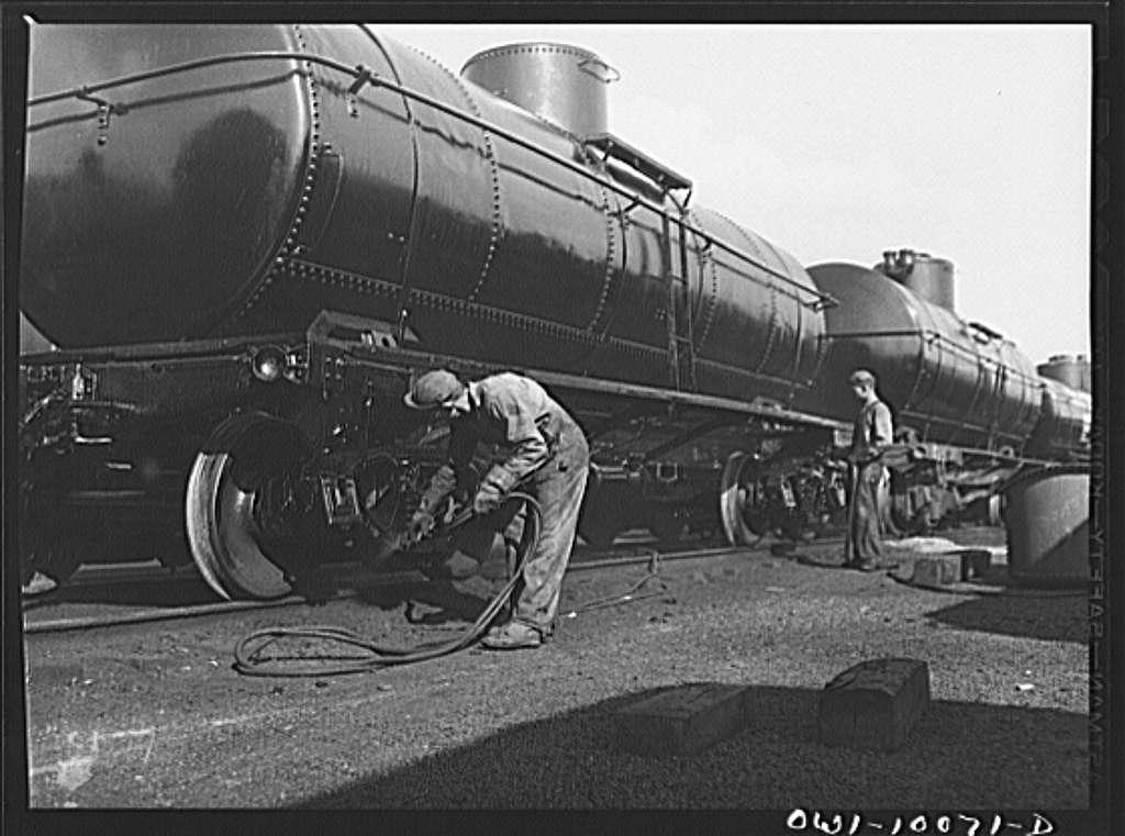 Tulsa, Oklahoma. Painting a tank car at the Mid-continent refinery