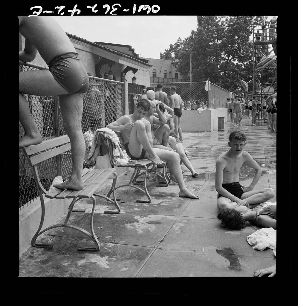 Glen Echo, Maryland. Bathers on the side of the pool at the Glen Echo amusement park
