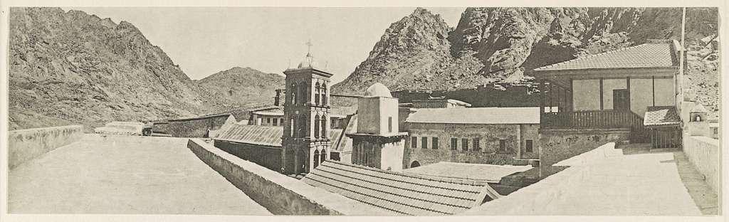 Sinaikloster von der Nordostecke aus. Rechts: Pilgerhaus, nach links anschliessend (mit Giebeldach) Bibliotek dann Minaret und moderner Glockenturm, dahinter alte Kirche des Kaisers Justinian. 1910.
