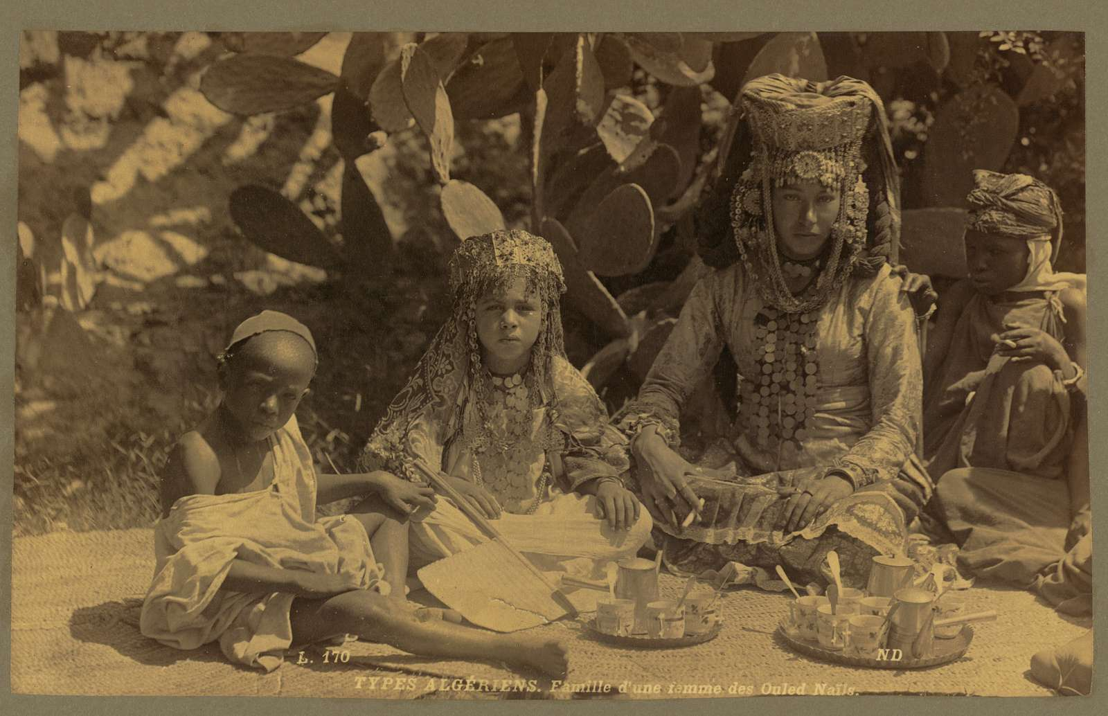 Types Algériens. Famille d'une femme des Ouled Naı̈ls / ND.