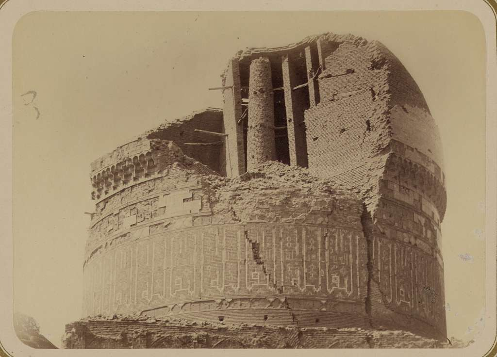 Samarkandskiia drevnosti. Medrese Bibi-Khanym. Sobornaia mechet' (mecheti dzhami.) Vid polurazrushennago kupola